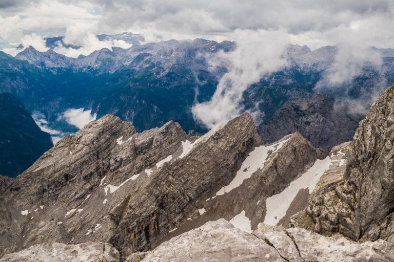 Die Berglandschaft in den Alpen auf über 2300 Meter Höhe zeigt die Watzmannkinder im Nationalpark Berchdesgaden mit schönen Hochwolken.