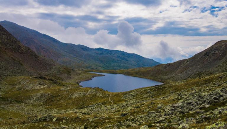 Das Bild zeigt den Langen See, einer der Kofelraster Seen.