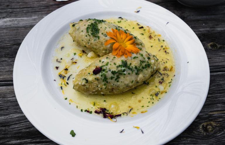 Das Bild zeigt Südtiroler Käseknödel liebevoll angerichtet auf der Marzoner Alm.