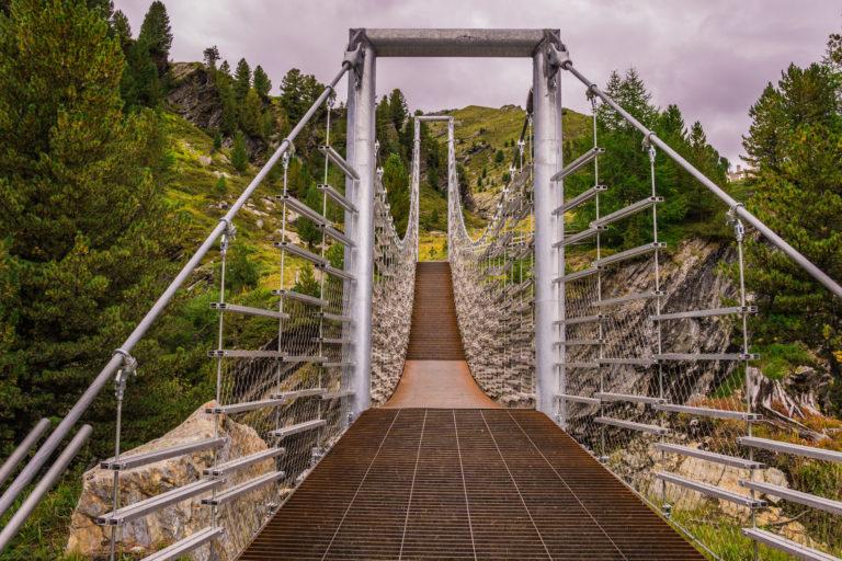 Das Bild zeigt die Hängebrücke über der Plimaschlucht.