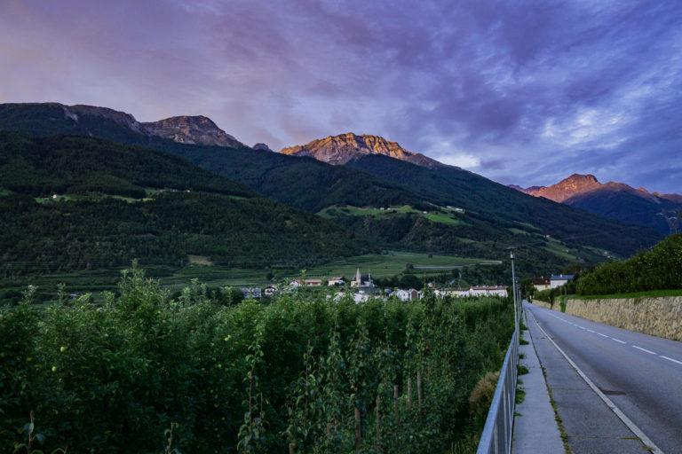 Das Bild zeigt die Göflaner Berge im morgendlichen Alpenglühen.