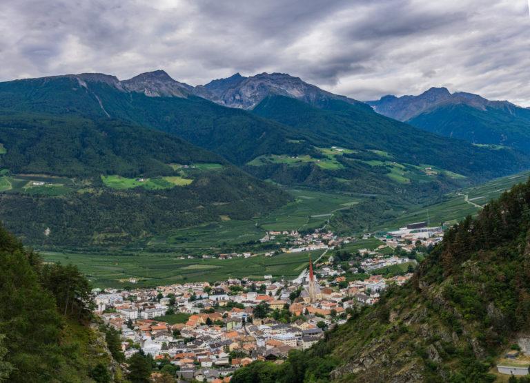 Das Bild zeigt einen Panoramablick auf Schlanders, aufgenommen vom Schlandersberg.