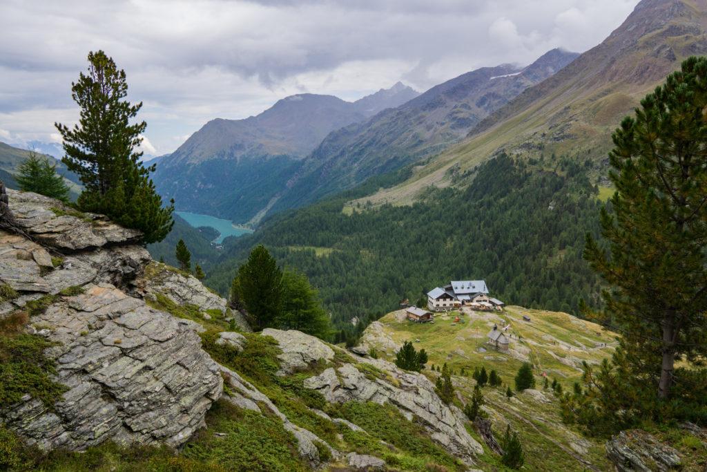 Das Bild zeigt die Zufallhütte und den Zufrittsee.
