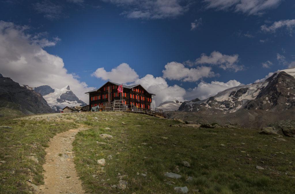 Die Hütte Fluhalp im Wallis am Stellisee