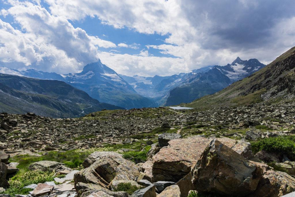 Das Bild zeigt ein Meer aus Steinen, Blickrichtung Matterhorn