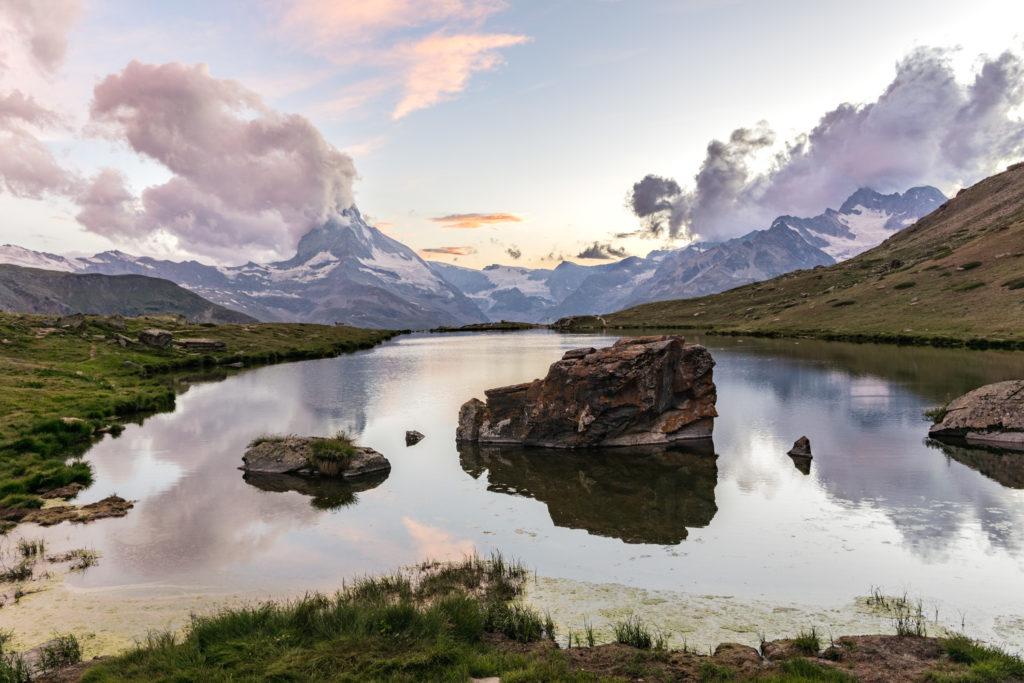 Das Bild zeigt den Stellisee bei Sonnenuntergang.