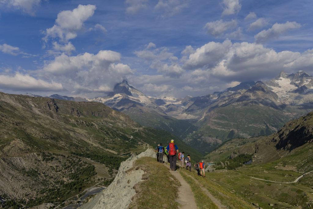 Wanderer beim Abstieg von der Fluhalphütte Richtung Grünsee