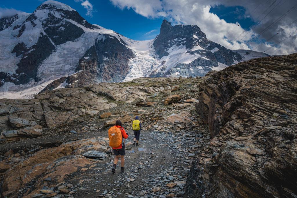 Gandegghütte_Wanderer am unteren Theodulgletscher im Wallis