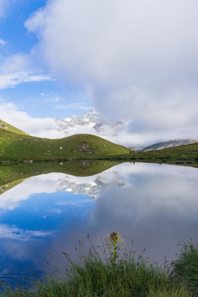 Spiegelung der Berge in einer großen Pfütze.
