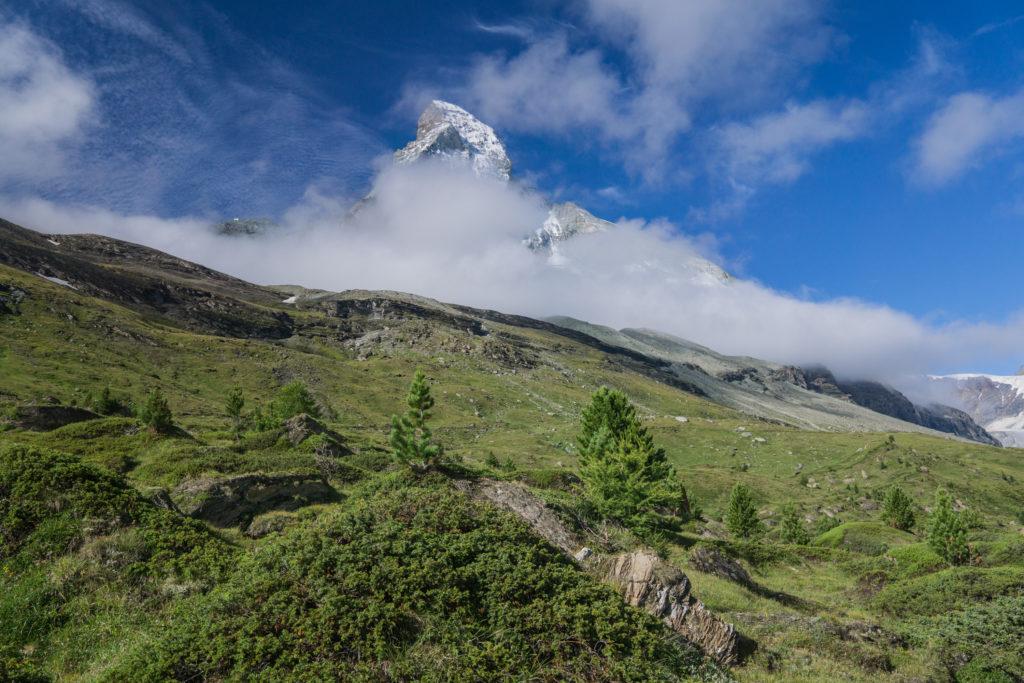 Blick auf die Nordseite des Matterhorns, das noch im Nebel liegt