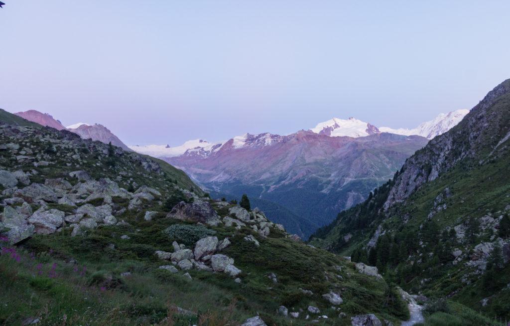 Blaue Stunde in den Schweizer Alpen