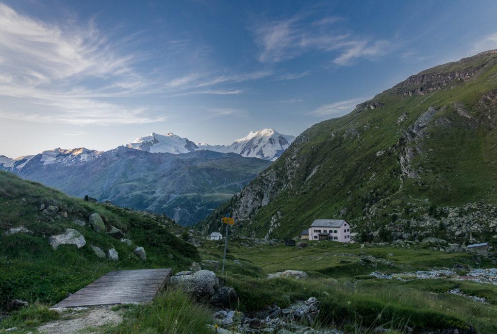 Blick zum Berggasthof bei Sonnenaufgang